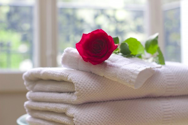 rose-flower-on-towels-in-spa